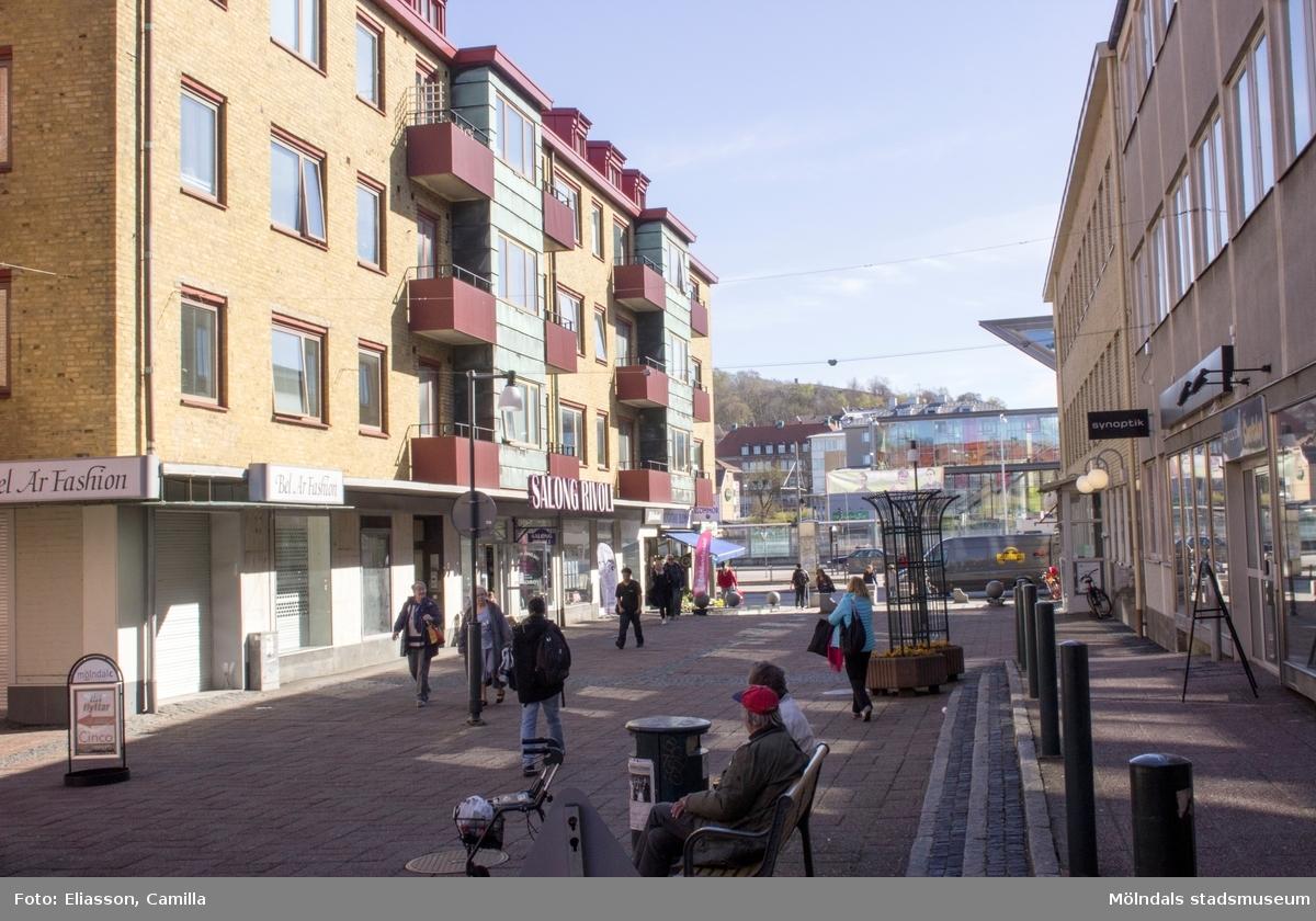 Fastigheten Havskatten 3 på Brogatan (f. Frölundagatan) med Mölndals station i högerkant, år 2015. Dokumentation av platsen innan rivning och nybyggnation.