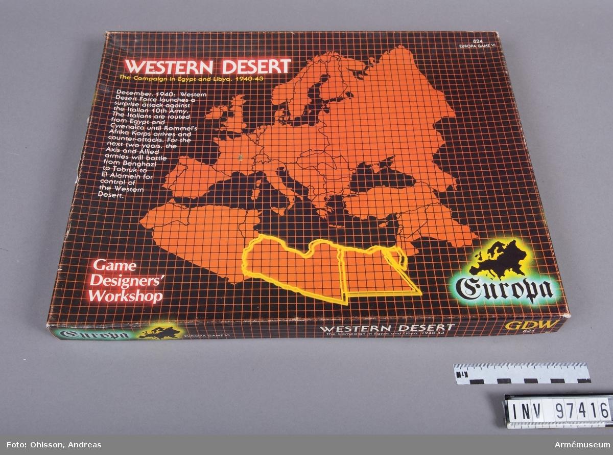 """Spelet består av en tvådelad karta över delar av Afrika och Mellanöstern med hexagonmönster, tre plastpåsar med sammanlagt cirka 500 spelmarkeringar i form av små pappkvadrater i grönt, blått, vitt, svart, beige, rött och brunt med olika siffror, bokstäver och symboler, samt några häften och lösa blad med spelinstruktioner, tabeller och diagram. Dessutom innehåller kartongen ett kuvert märkt """"Africa Orientale"""" med ytterligare en karta över Afrika samt extra spelmarkeringar och häften med spelinstruktioner."""