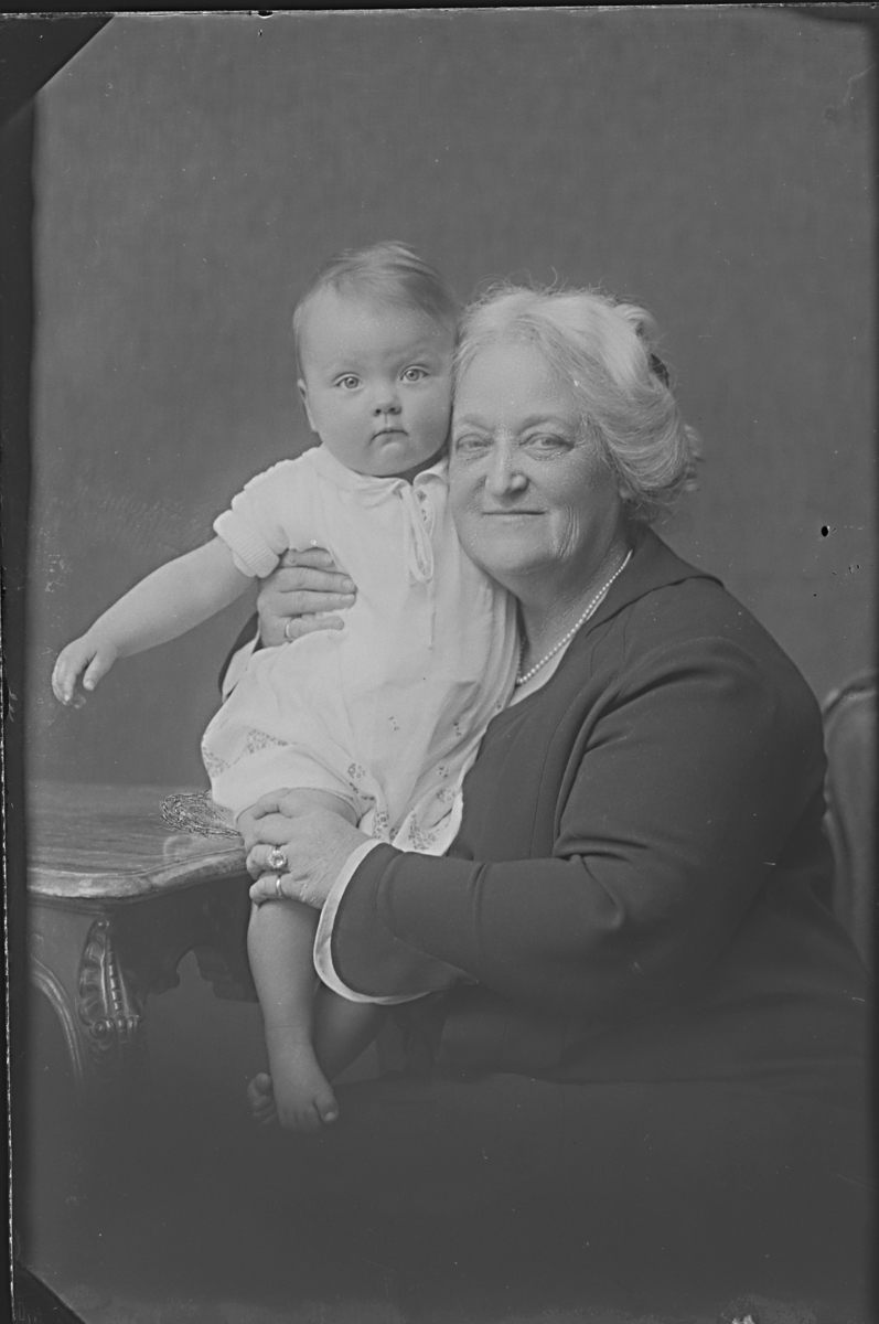 Fru Ruth Randall Edström med ett barn.