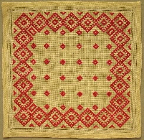 Liten vit linneduk med röd dalsömsbård samt i kanten hålsöm.Skiss Inv.nr 1120:134