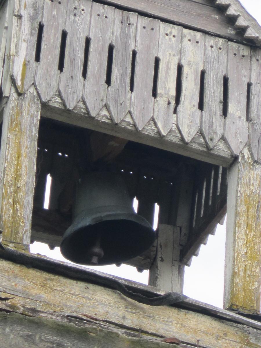 Klokketårnet på Stenberg søndre har kryssformet saltak (lanterneform) og innslag av sveitserstil og empirestil. Klokketårnet står på stabburet, og er i middels stand.