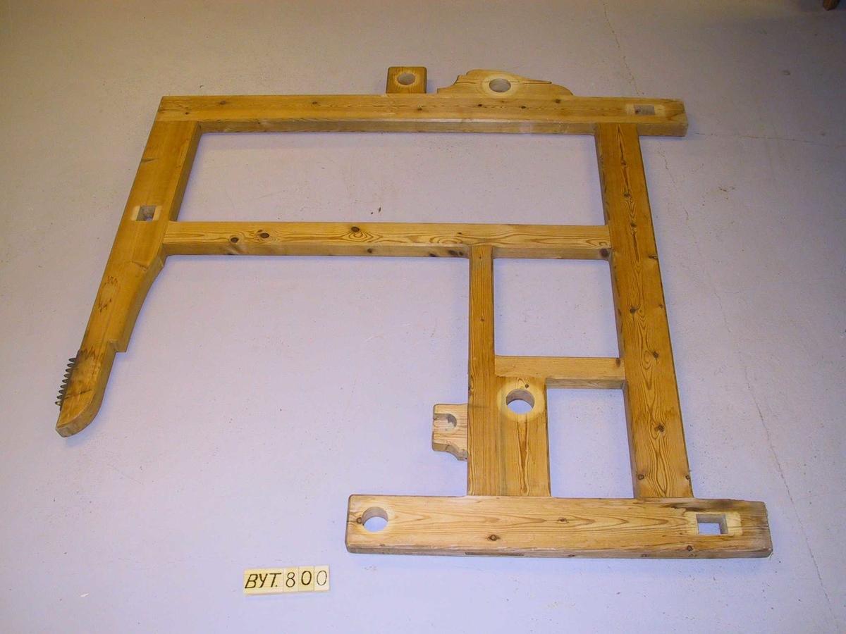 Teppet er delt i 5 parti med rutor og krossar i mønsteret.