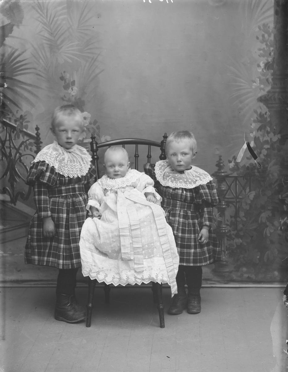 Anton Jevne's barn.  Gruppebilde.