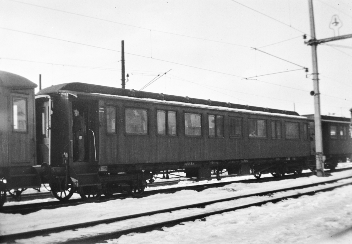 Personvogn litra Bo2b type 6 nr. 925 på Bergen stasjon. .