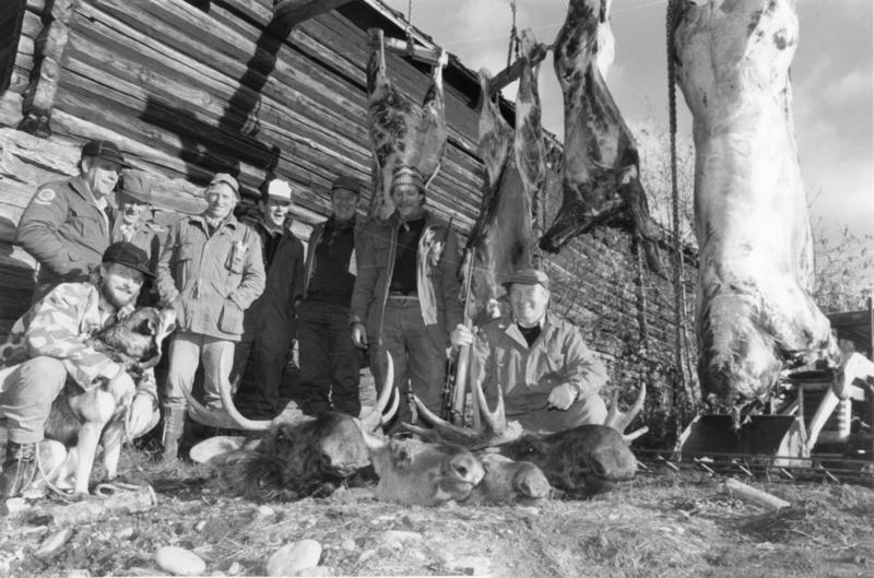 Elgjegere på Eid, Tolga. Fra venstre: Jan Jordet med jakthunden Jaro, Ask Eide, Per Jordet, Tore Øyen, Magnar Gundersen, Jon Leif Brennmoen, Lars Ivar Eide, Arne Harsjøen