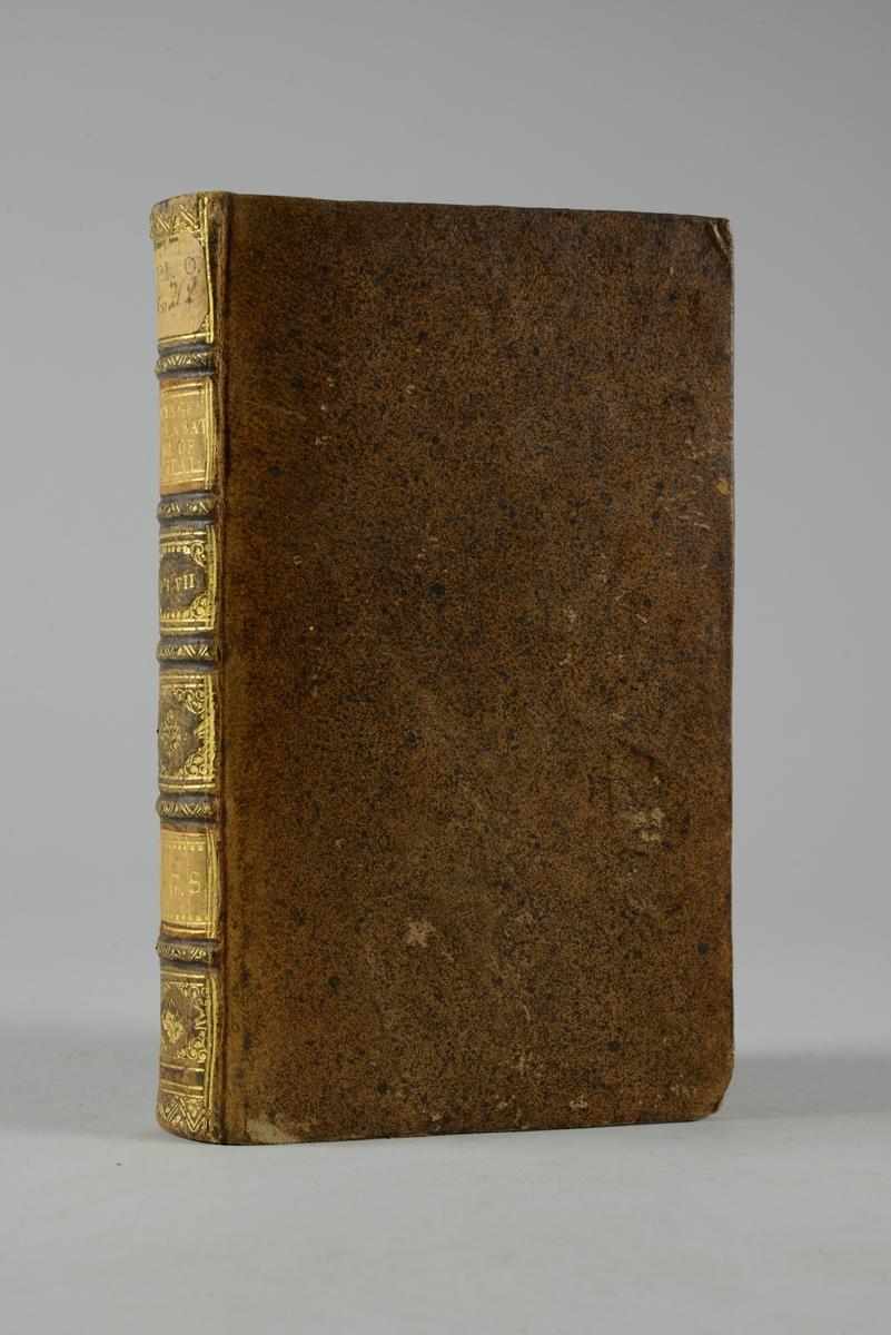 """Bok, helfranskt band """"Voyages en Espagne et en Italie"""" del 7,  skriven av Labat, tryckt i Amsterdam 1731. Skinnband med blindpressad och guldornerad rygg i fem upphöjda bind, titelfält med blindpressad titel, fält med volymens nummer, ägarens initialer och påklistrad pappersetikett. Med rödstänkt snitt och marmorerat papper på pärmarnas insidor."""