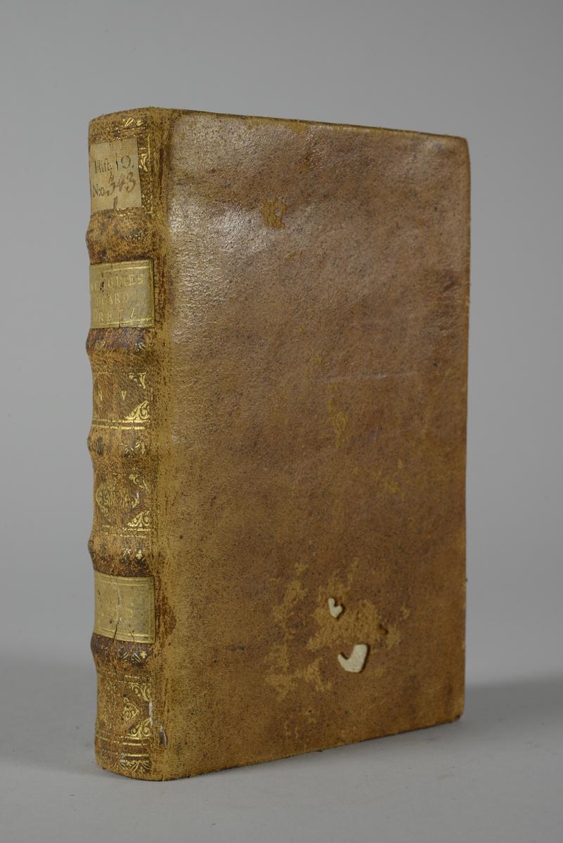 """Bok, helfranskt band """"Memoires du cardinal de Retz"""", del 4, tryckt 1723 i Amsterdam. Skinnband med blindpressad och guldornerad rygg i fem upphöjda bind, titelfält med blindpressad titel, fält med volymens nummer, fält med ägarens initialer samt påklistrad pappersetikett. Med stänkt snitt."""