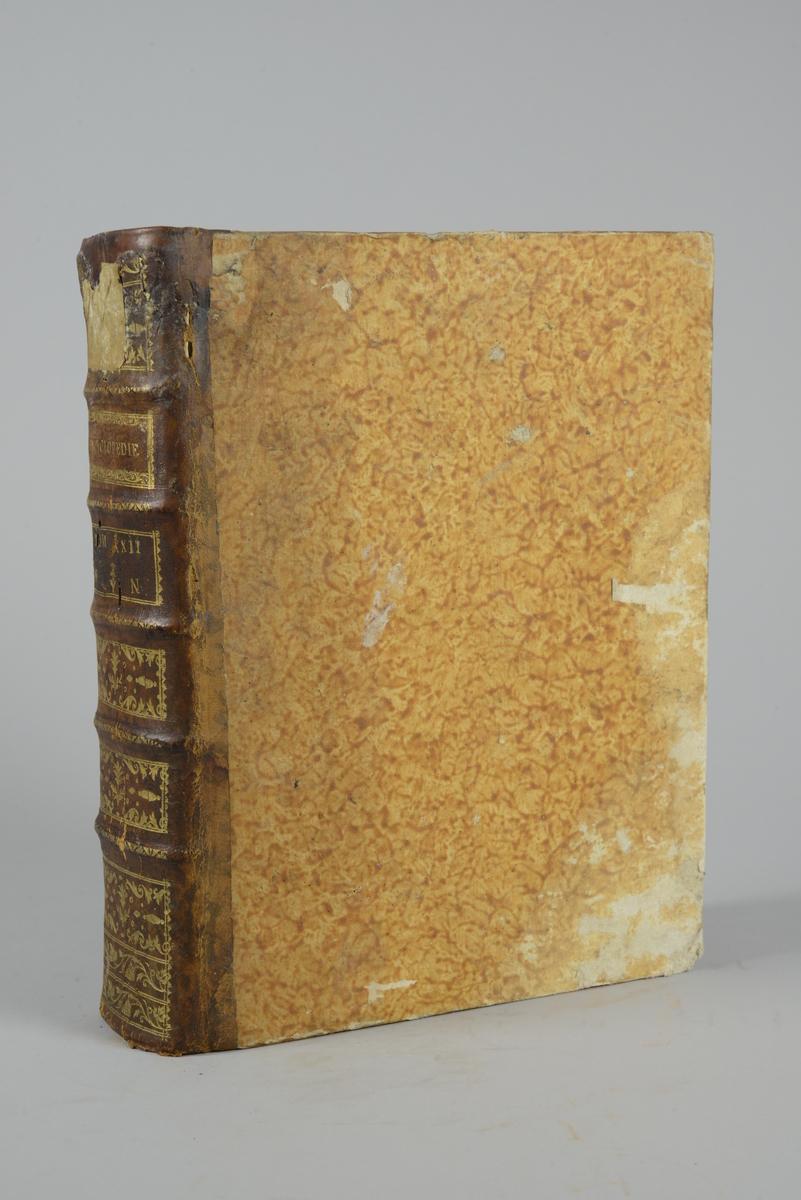 """Bok, """"Encyclopedie ou dictionnaire raisonne des sciences, des arts et des metiers"""" av Diderot och d`Alembert, utgiven 1779. Ny upplaga, vol. 22. Halvfranskt band med pärmar av papp med påklistrat marmorerat papper, rygg av skinn med fem upphöjda bind med guldpräglad dekor, blindpressad och guldornerad rygg, titelfält med blindpressad titel och ett mörkare fält med volymens nummer. Påklistrad pappersetikett med nummerbeteckning med bläck. Med rött snitt."""