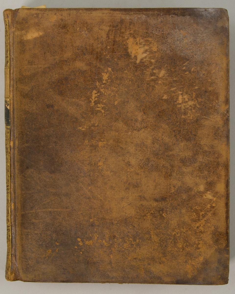 """Bok, helfranskt band """"Descriptions des arts et métiers"""" ny upplaga, vol. X, med planscher i kopparstick, utgiven av J.E. Bertrand och tryckt i Neuchatel 1779.   Skinnband med blindpressad och guldornerad rygg, titelfält med blindpressad titel och ett mörkare fält med volymens nummer. Pärmens insida klädd med marmorerat papper. Med rött snitt. Påklistrad etikett märkt med bläck """"No 3."""""""