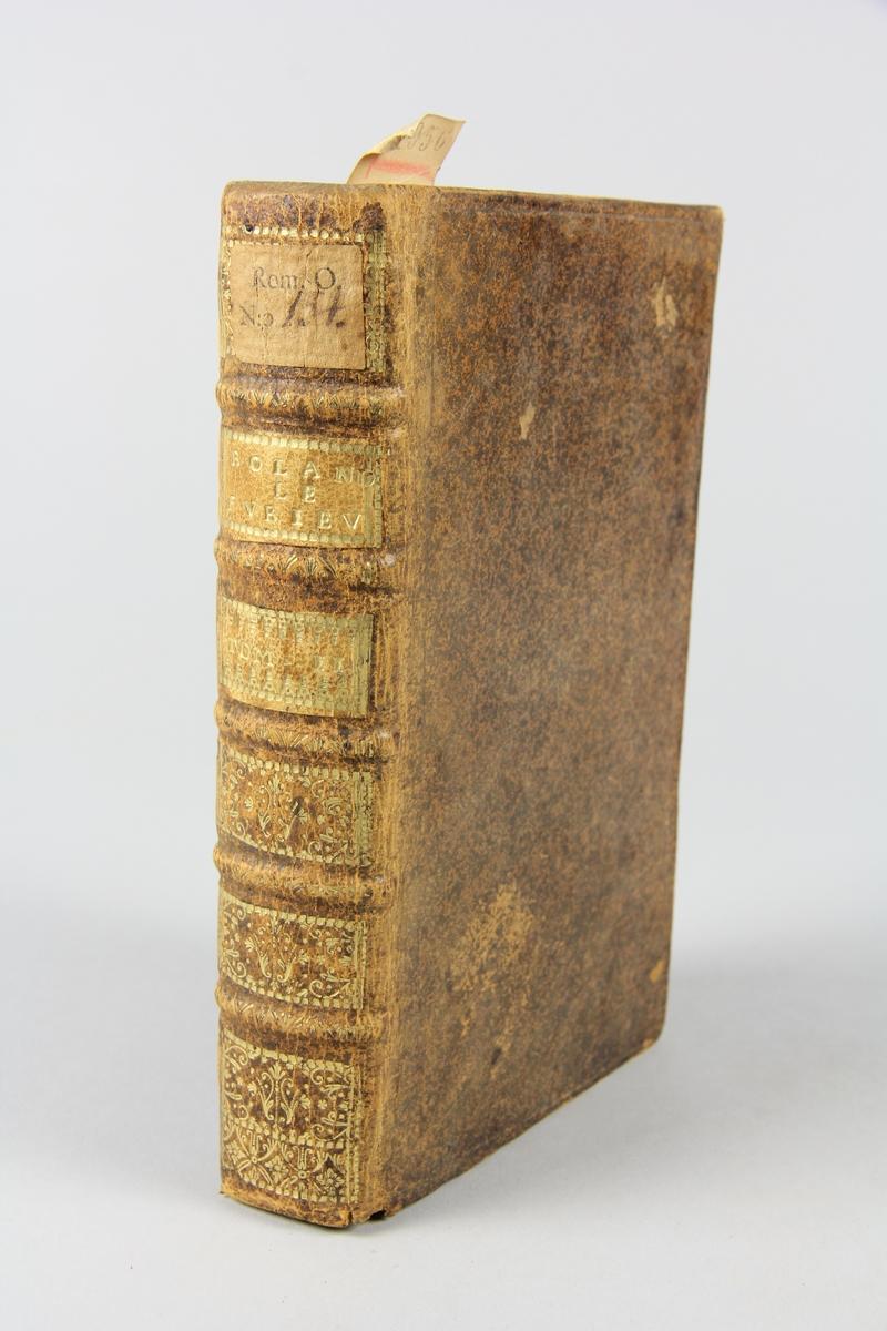"""Bok, helfranskt band, """"L'Arioste moderne, ou Roland le furieux """", del 2, tryckt i Paris 1720. Skinnband med rygg i fem upphöjda bind med guldpressad dekor, titelfält med blindpressad titel och fält med volymens nummer, rött snitt. Marmorerat papper på pärmarnas insida. Påklistrad pappersetikett med samlingsnummer. Illustrerad med kopparstick."""