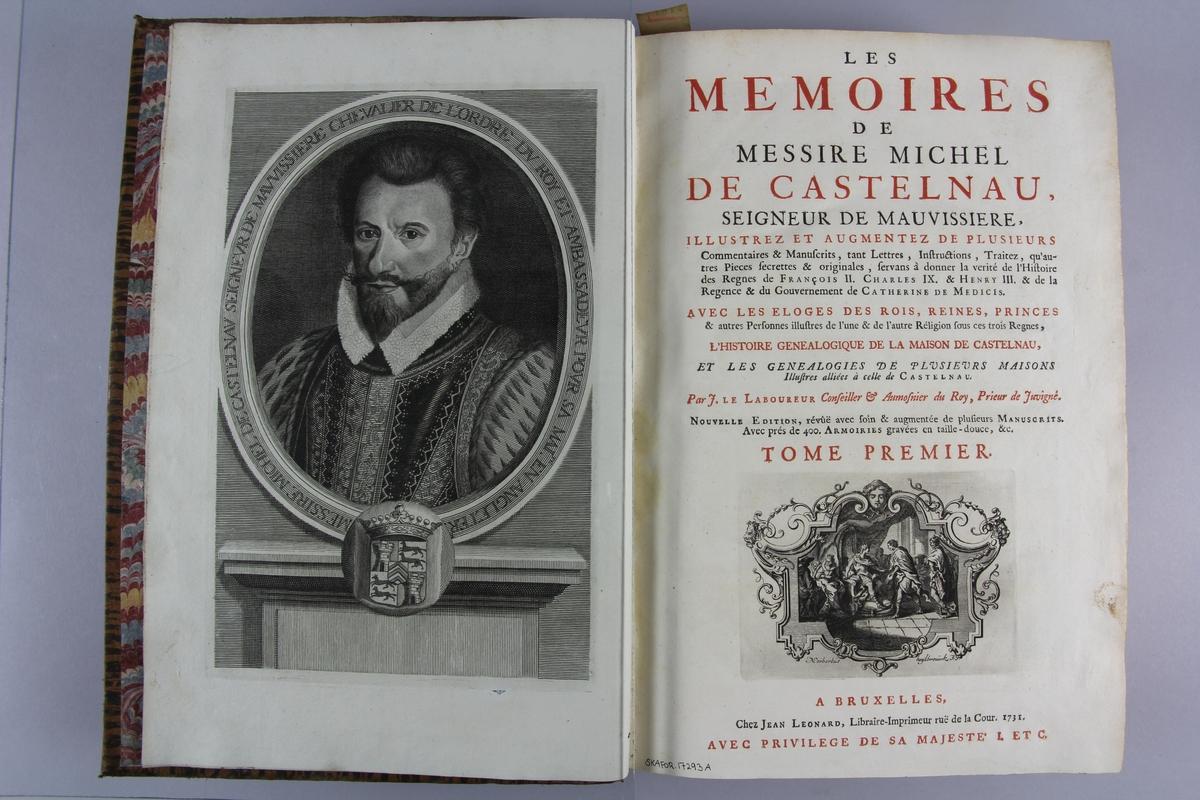 """Bok, helfranskt band """"Les mémoires de messire Michel de Castelnau"""" del 1. Skinnband, nött och delvis blekt, med guldpräglad rygg i sex upphöjda bind. Marmorerat papper på pärmarnas insida, stänkt snitt."""