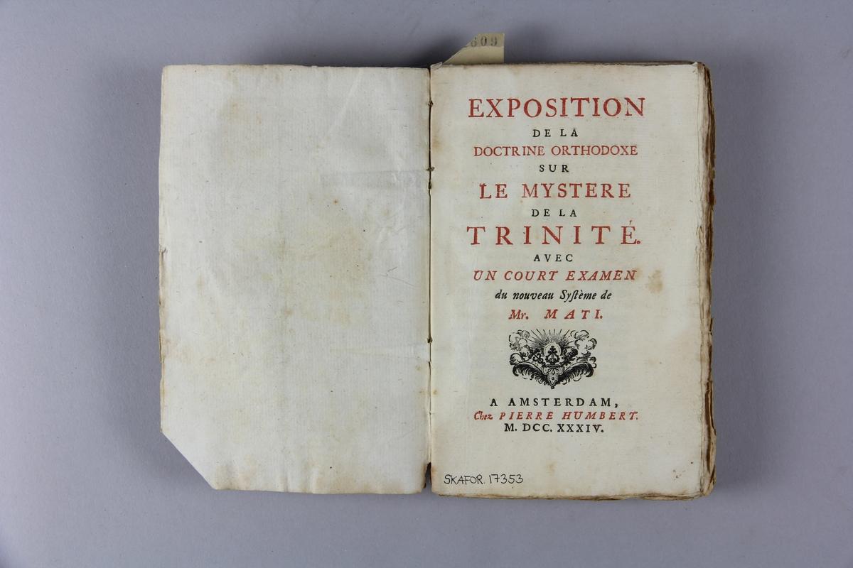 """Bok, häftad """"Exposition de la doctrine orthodoxe"""", tryckt 1734 i Amsterdam. Pärmar av marmorerat papper, blekt rygg med påklistrad etikett med samlingsnummer. Oskuret snitt."""