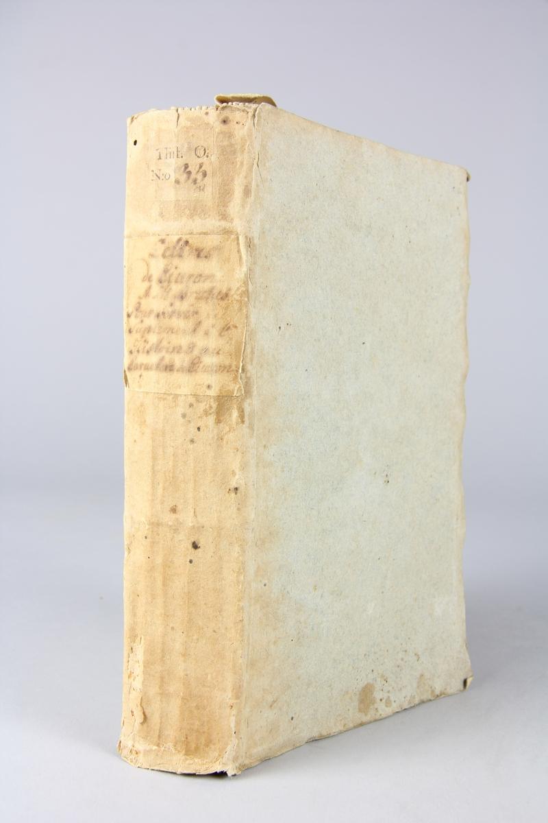 """Bok, pappband """"Lettres de Ciceron a M. Brutus et de M. Brutus a Ciceron"""",  tryckt 1744 i Paris. Pärmar av blågrått papper, oskuret snitt. Blekt rygg med etikett med volymens titel, otydlig, och samlingsnummer."""