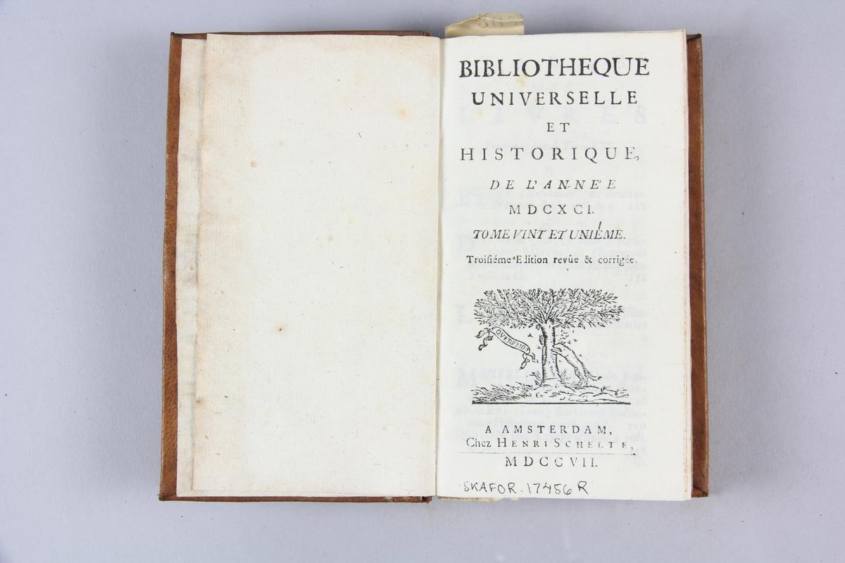 """Bok, helfranskt band """"Biblioteque universelle et historique"""" del 21, tryckt i Amsterdam 1707. Skinnband med blindpressad och guldornerad rygg i fyra upphöjda bind, ryggens fält skadade, etikett med samlingsnummer. Rödstänkt snitt."""
