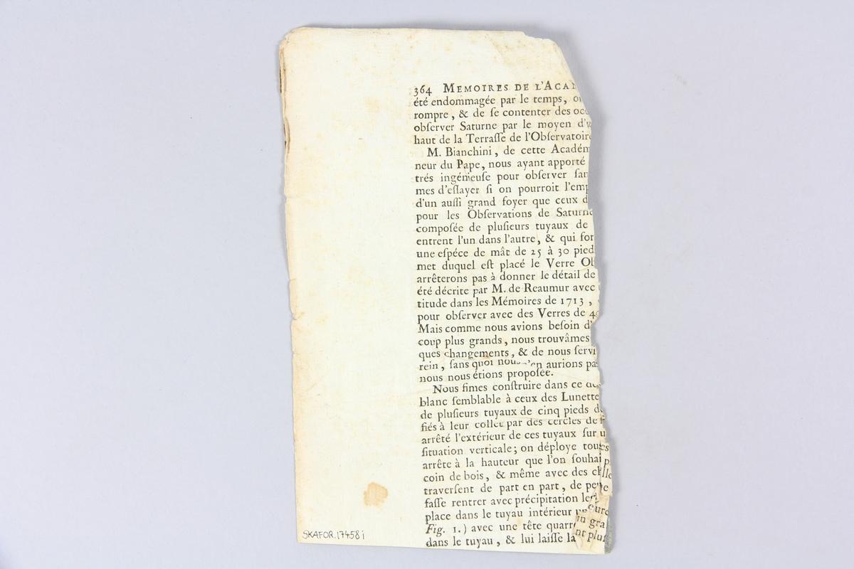 """Bok, häftad,""""Oeuvres complètes de Voltaire"""", del 18, tryckt 1785. Pärm av gråblått papper, på pärmens baksida klistrad sida ur annan bok. Med skurna snitt. På ryggen klistrad pappersetikett med tryckt text samt volymens nummer. Ryggen blekt."""