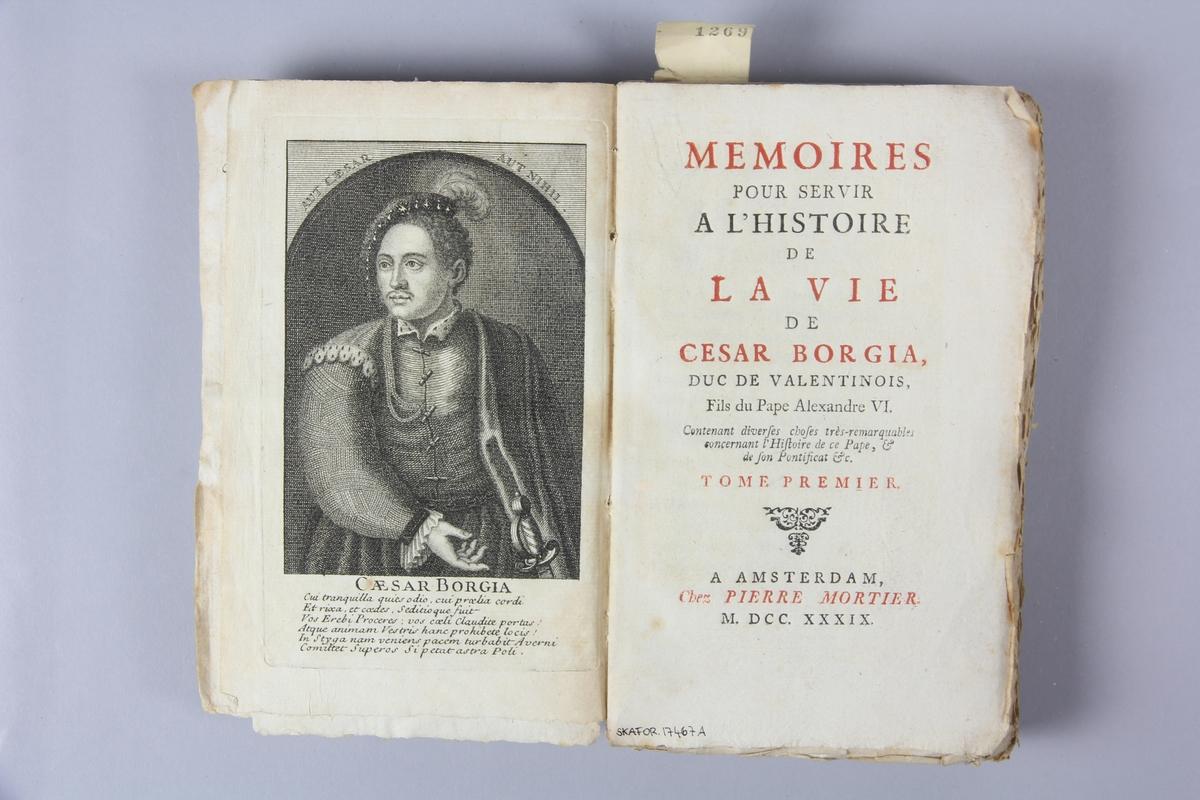 """Bok, häftad, """"Mémoires pour servir à l´histoire de la vie de Cesar Borgia"""", del 1, tryckt 1739 i Amsterdam. Pärm av marmorerat papper, oskuret snitt. Blekt rygg med etikett med titel och samlingsnummer. Anteckning om inköp."""