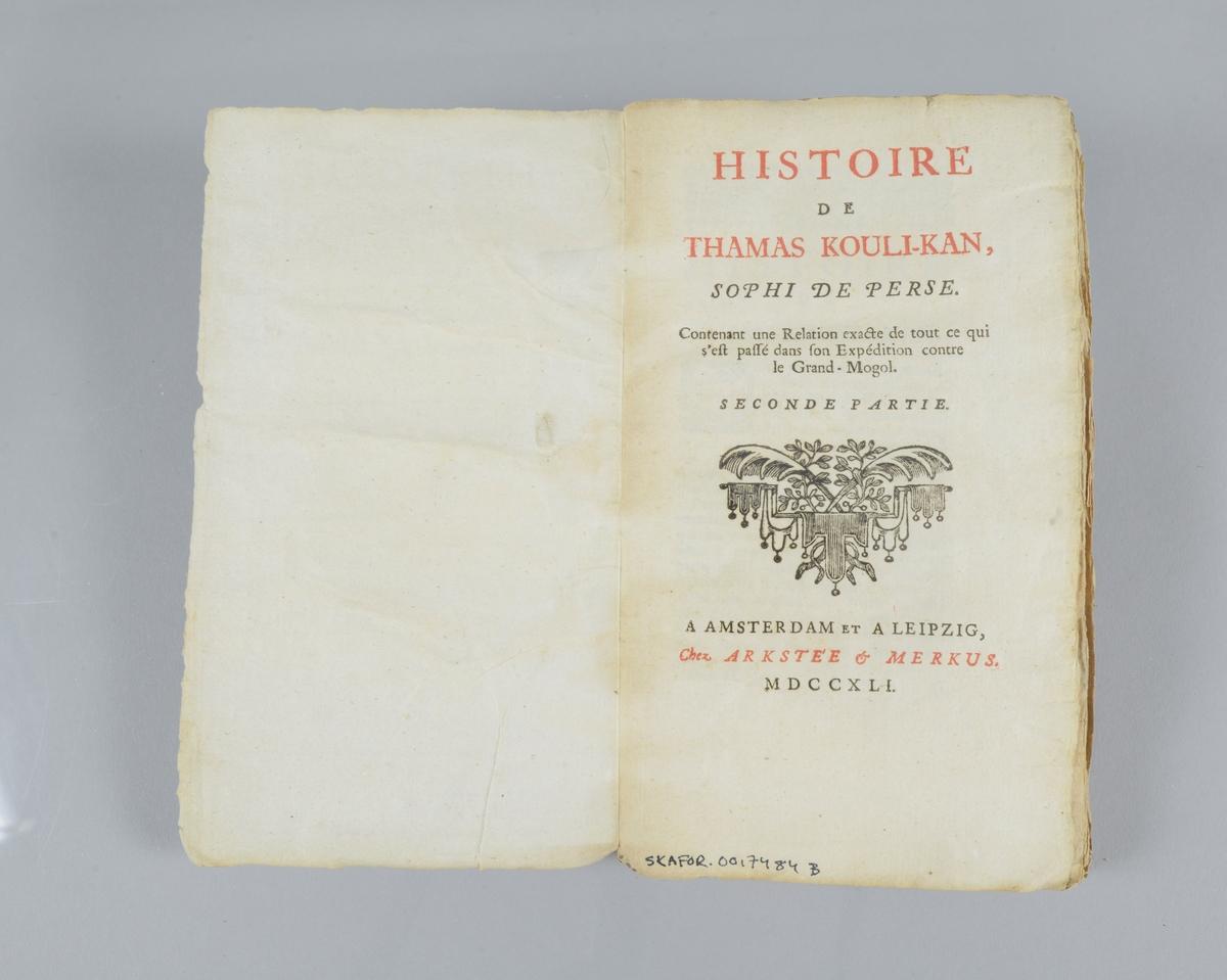"""Bok, pappband, """"Histoire de Thamas Kouli-Kan"""", del 2,  tryckt 1741 i Amsterdam och Leipzig. Marmorerade pärmar, etiketter med bokens titel och nummer på ryggen och pärmens baksida. Oskuret snitt."""