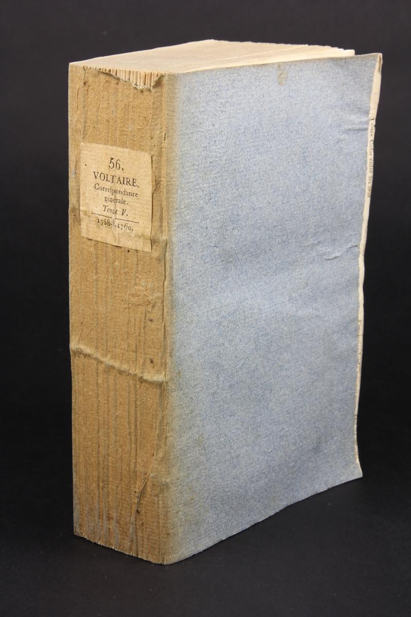 """Bok, häftad, """"Oeuvres complètes de Voltaire, Receuil de lettres 1758-1760"""", del 56, tryckt 1785. Pärm av gråblått papper, på insidorna klistrade sidor ur annan bok, skurna snitt. På ryggen pappersetikett med tryckt text samt volymens namn och nummer. Ryggen blekt."""