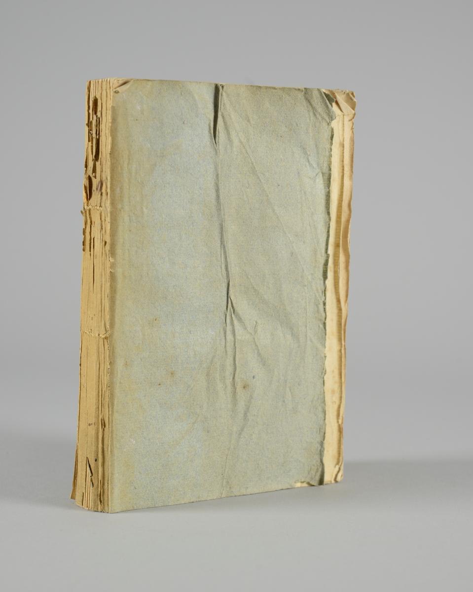 """Bok, pappband: """"Biblioteque de l´homme public ou analyse raisonnée"""", del 12, författad av Condorcet och Le Chapellier, utgiven 1790 i Paris.  Pärmen av gråblått papper, på pärmarnas insidor klistrade sidor ur annan bok, skurna snitt. Ryggen skadad och blekt."""