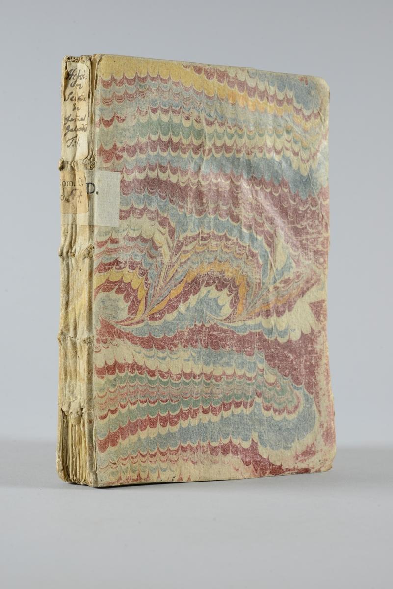 """Bok, pappband,""""Histoire secrette des femmes galantes de  l´antiquité """", del 1, tryckt 1726 i Amsterdam. Pärm av marmorerat papper, oskuret snitt. På ryggen pappersetikett med volymens namn och nummer. Ryggen blekt och skadad.  Anteckning om inköp på pärmens insida."""