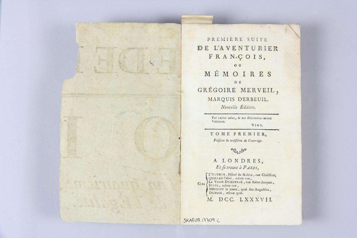 """Bok, häftad, """"Aventurier françois, ou Mémoires de Grégoire Merveil"""", première suite, del 1, tryckt i London 1787. Pärmar av gråblått papper, skurna snitt. Ryggen blekt och skadad. På framsidan märkt med bläck """"No 3""""."""