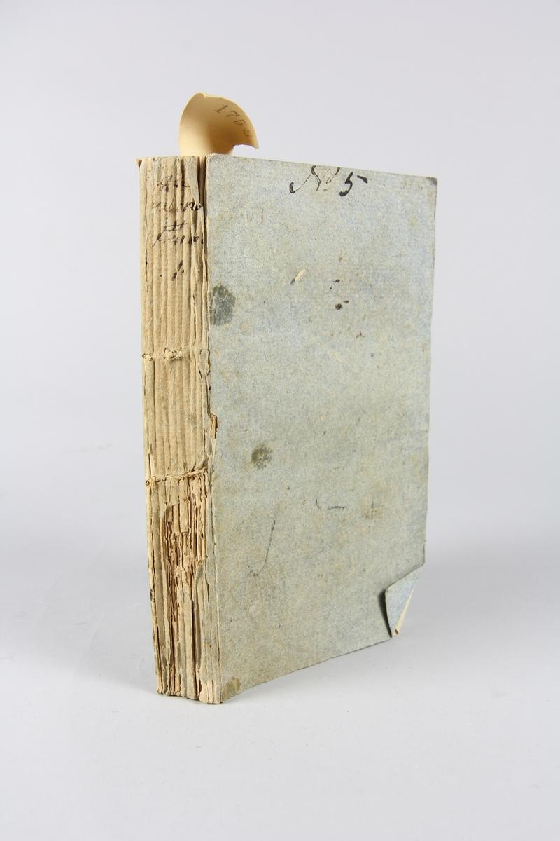 """Bok, häftad, """"Aventurier françois, ou Mémoires de Grégoire Merveil"""", seconde suite, del 1, tryckt i London 1789. Pärmar av gråblått papper, skurna snitt. Ryggen blekt och skadad. På framsidan märkt med bläck """"No 5""""."""