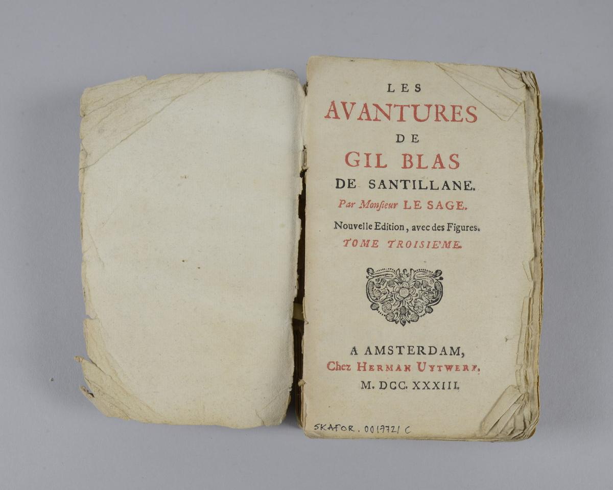 """Bok, häftad,""""Les avantures de Gil Blas"""", del 3, tryckt i Amsterdam 1733. Pärmen av marmorerat papper, oskurna snitt. På ryggen klistrad pappersetikett med volymens nummer. Ryggen skadad."""
