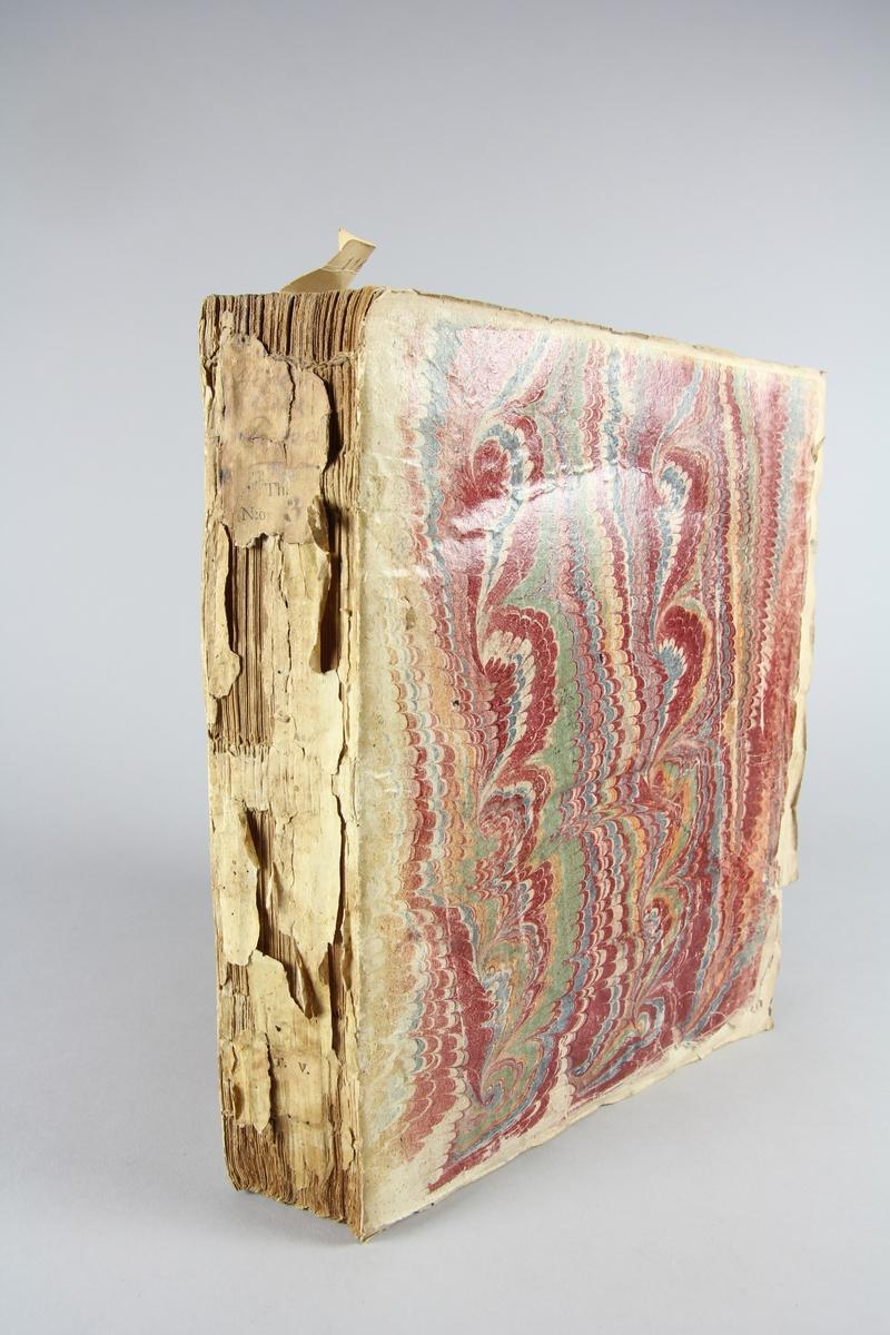 """Bok, häftad,""""Histoire des Papes"""", del 5. Pärmar av marmorerat papper, oskuret snitt. Blekt och skadad rygg med etikett med titel och samlingsnummer."""