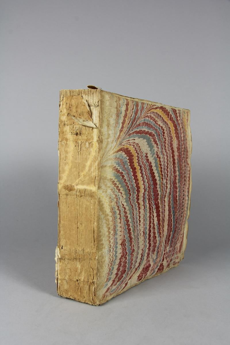 """Bok, häftad """"Mémoires pour servir à l'histoire du XVIII siecle"""" del 8. Pärmar av marmorerat papper, blekt och skadad rygg. Anteckning om inköp."""