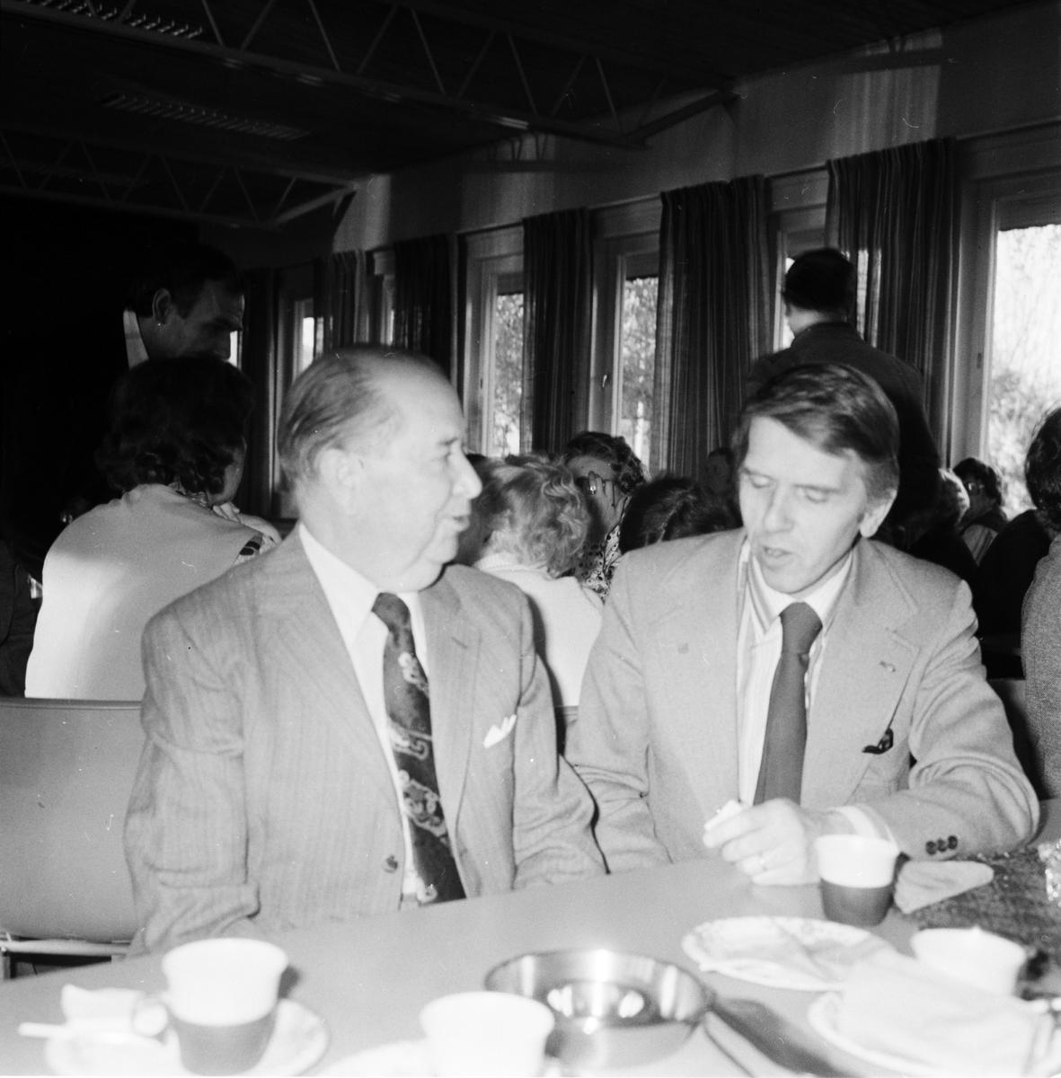 Två män vid ett kaffebord, sannolikt Tierp, Uppland