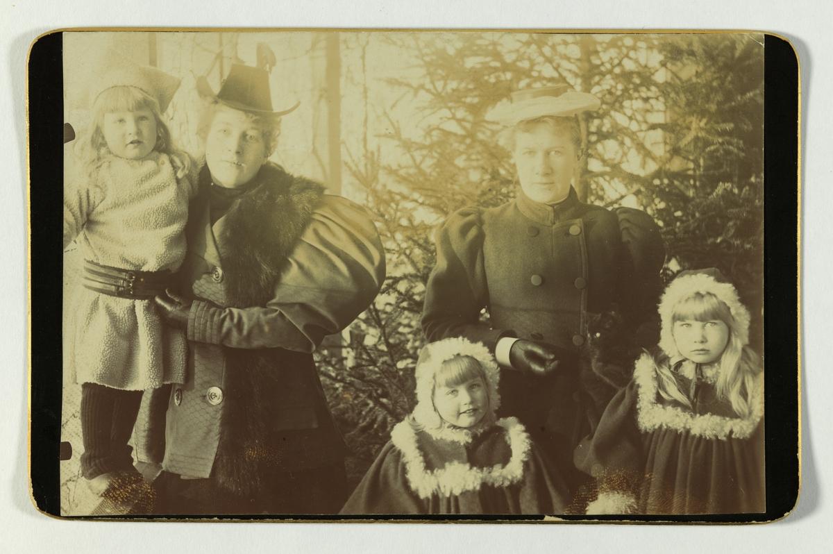 Søstrene Agnes (Gude) og Ingeborg (von Hanno) Gjerdrum med tre av sine barn.