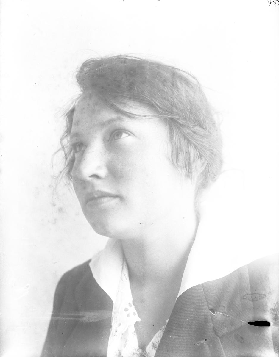 Porträtt av Annie Hultén i vit blus och mörk jacka.
