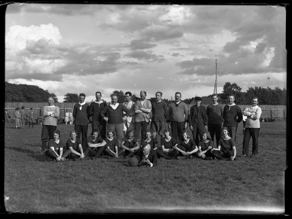 Fotbollslagen fotograferade i samband med Alingsås Idrottsförenings (AIFs) fest.
