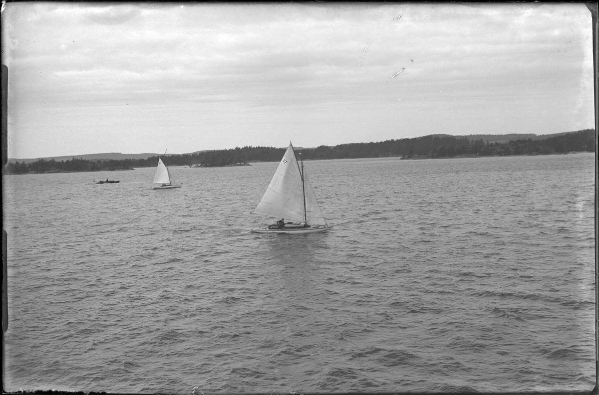 Kappsegling från Risöskär. Två segelbåtar och en annan båt syns.