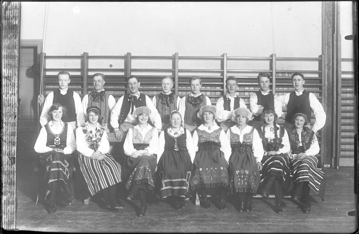"""Reprofotografi av gruppbild på folkdanslaget. I fotografens egna anteckningar står """"Rep. av plåt No. 372"""""""