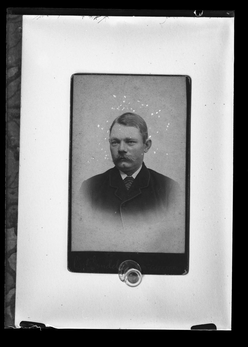 Reproduktionsfotografi på beställning av Ludv. Andersson. Bilden är ett ateljéporträtt av en man.