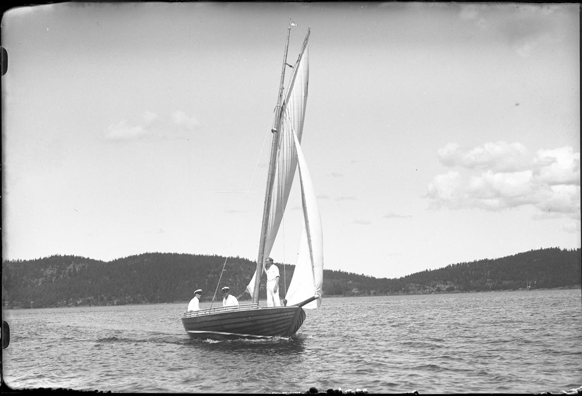 Segelbåten Yvonne med besättning fotograferad i samband med en kappsegling.