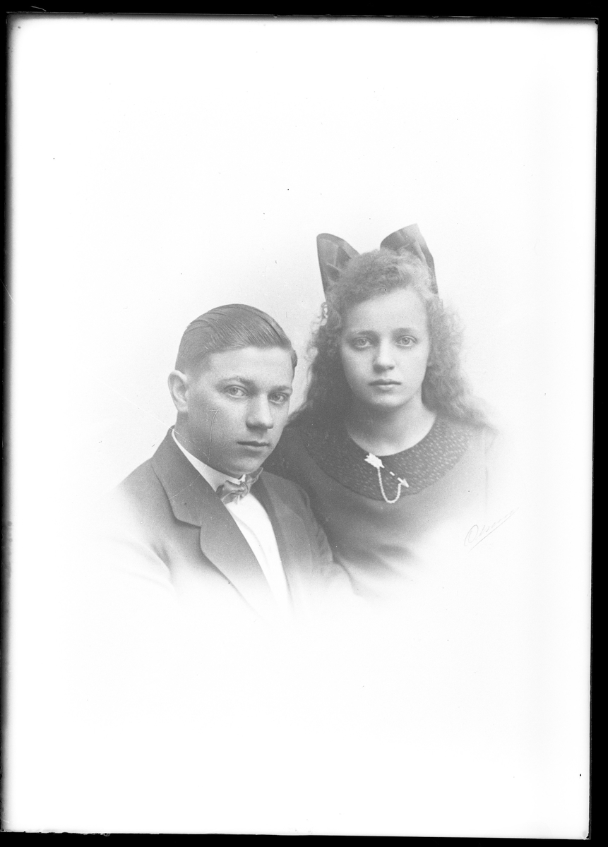 """Reprofotograferat porträtt av en ung flicka och pojke. I fotografens egna anteckningar står det """"...rep. för O. Pettersson"""", tolkat som Olle Pettersson."""