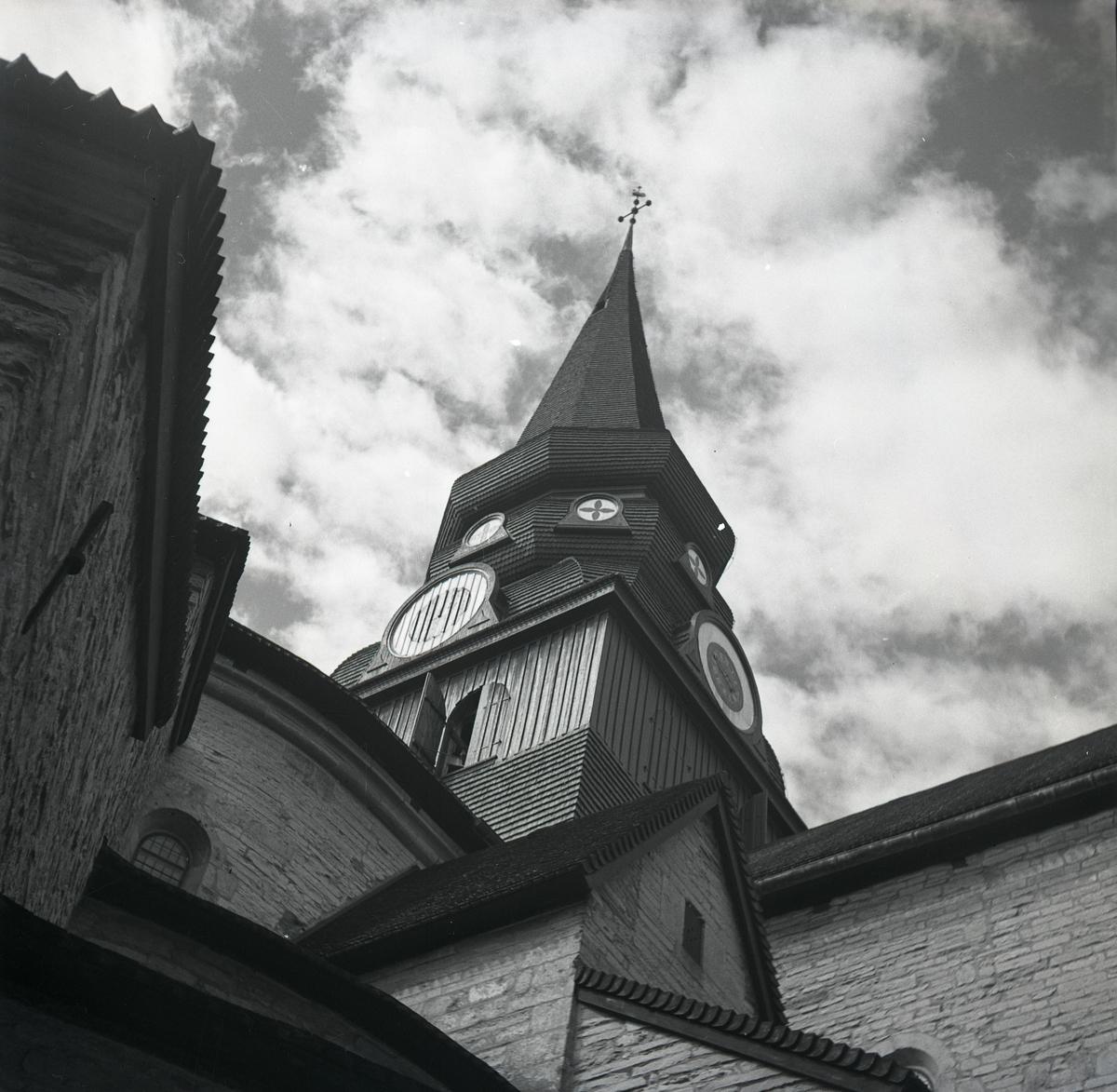 Kyrktornet på Varnhems klosterkyrka, 1949.