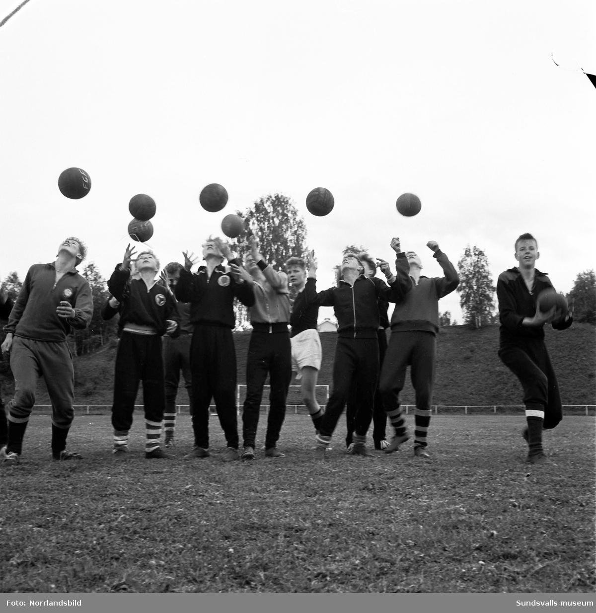 """Ett gäng fotbollskillar i NTO:s ungdomsklubb Paletten förlorade matchen mot sina kamrater från Vattjom med 0-1. Matchen spelades på läroverksplanen och förlorarnas """"straff"""" utgjordes av en fotvandring till NTO:s riksmöte i Östersund. På första bilden ses från vänster: Bert Söderberg, Kjell Holmlund, Nils Smedberg, Sture Åström, Sigge Lundell, Lars-Ivar Karlsson, Kent Dufvenberg, Christer Slemskog, Leif Söderberg, Tony Tjärnlund och Kjell Forsström."""