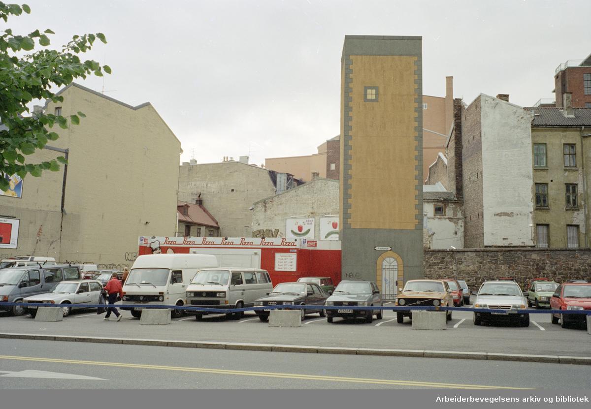 """Arbeidersamfunnets plass. """"Fangetårn"""" ved tukthusmuren. September 1994"""