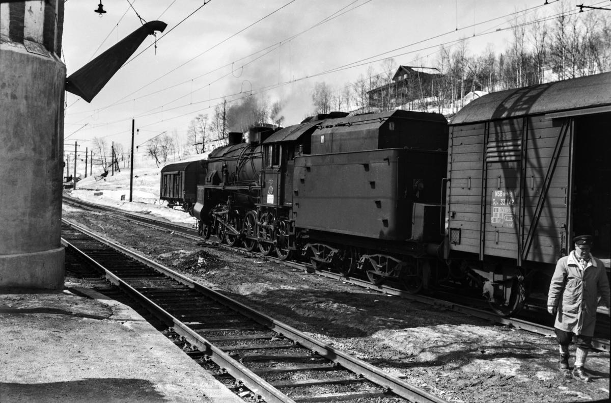 Påsketog retning Bergen, tog 7683, i spor 2 på Geilo stasjon. Toget trekkes av damplokomotiv type 31b nr. 428.