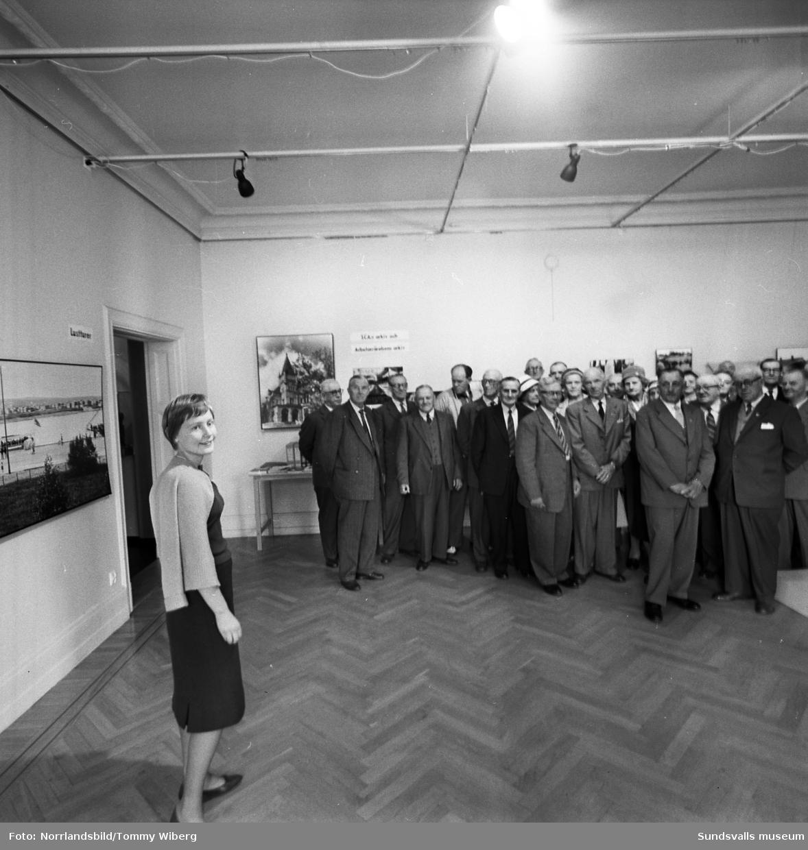 SCA-veteraner besöker utställning på museet.