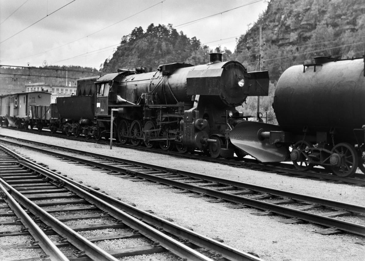 Damplokomotiv type 63a nr. 5664 på Krossen ved Kristiansand. Til høyre sees tenderen fra damplokomotiv type 49c nr. 470.