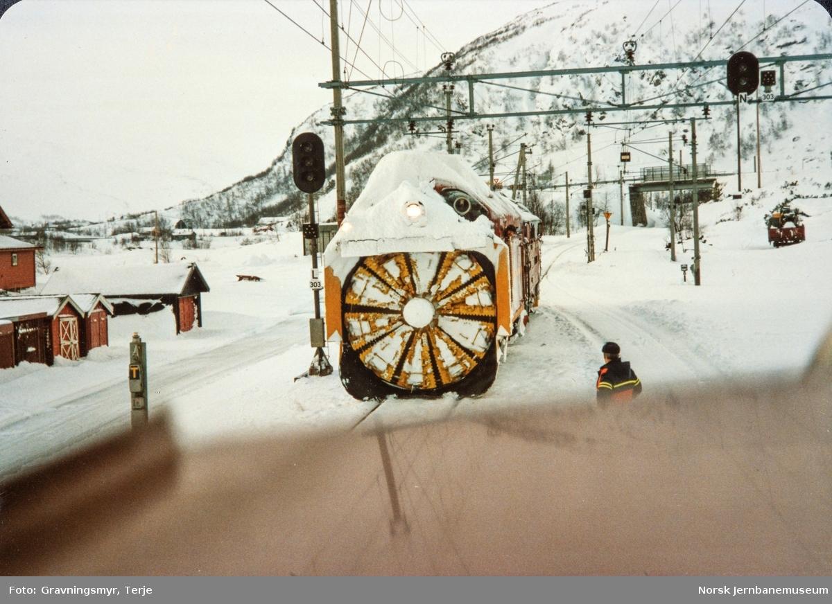 Snøryddingstog på Haugastøl stasjon. Diesellokomotiv type Di 3 nr. 602 og roterende snøplog DiR1 nr. 501.