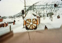 Snøryddingstog på Haugastøl stasjon. Diesellokomotiv type Di