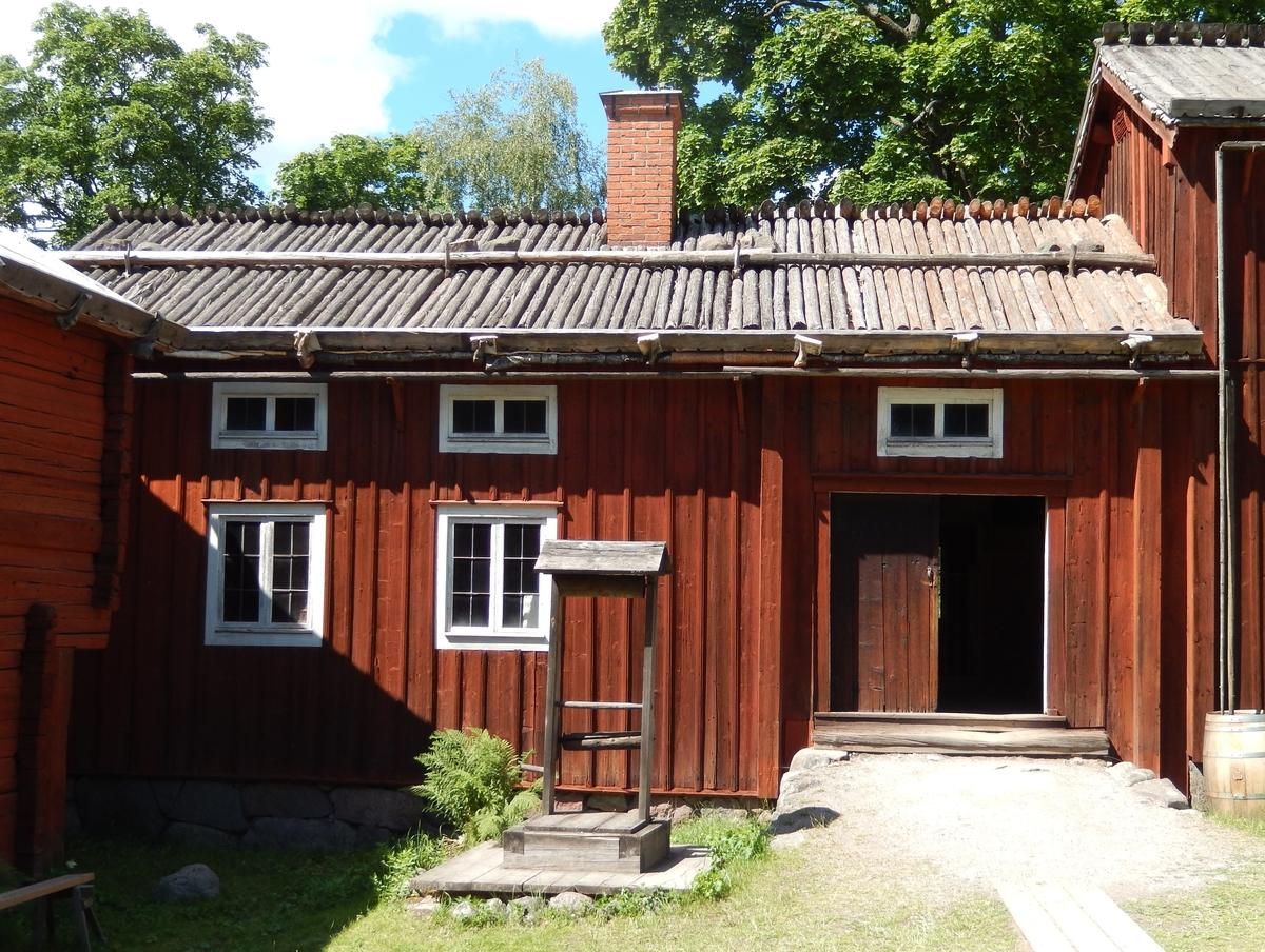 Fähuset (fäxet) är timrat i en och en halv våning, klädd med stående locklistpanel. Taket är ett sadeltak, med tätskikt av näver samt takved.  Fähuset kommer från Gåsbacka by, Delsbo socken i Hälsingland. Det uppfördes på Skansen under åren 1939-1940.