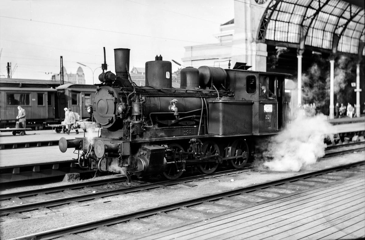 Damplokomotiv type 25a nr. 228 i skiftetjeneste på Oslo Østbanestasjon.