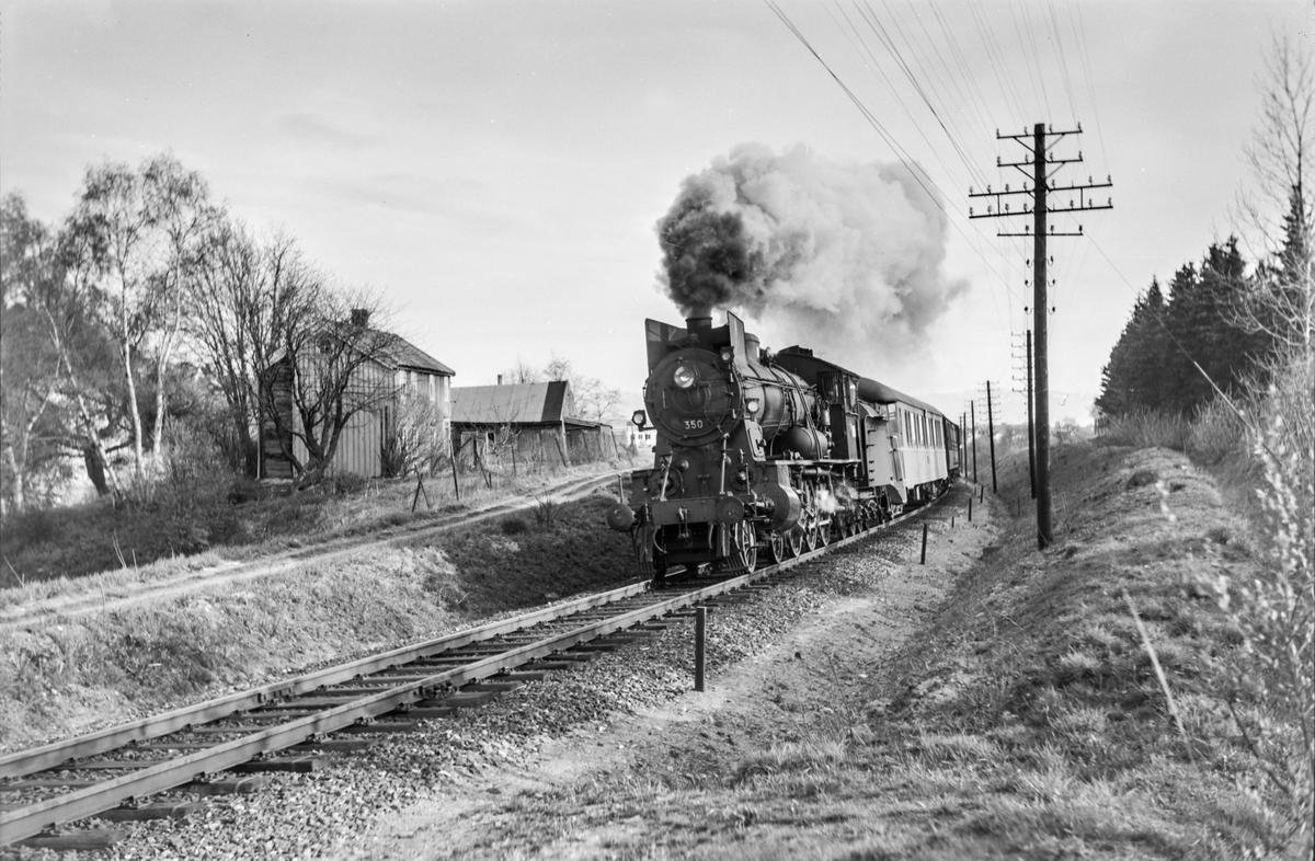 Dagtoget fra Trondheim til Oslo Ø over Røros, tog 302, nord for Stavne. Toget trekkes av damplokomotiv type 30b nr. 350.