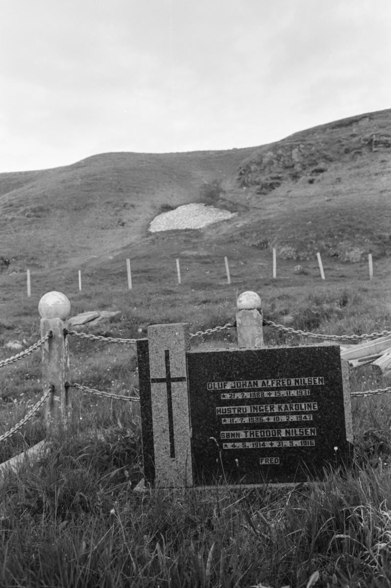 Kirkegård i kystlandskap.